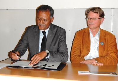 Maitre Aly Mohamed Salem and Prof. Franz Bairlein signing the Wadden Sea Flyway Vision. I. Zwoch.